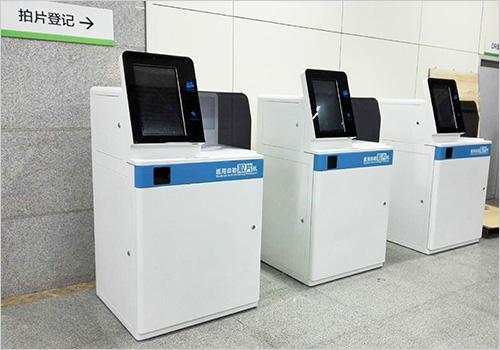 图:医院大厅中配备了OKI C941-M的自助机柜,有效地减少了排队现象