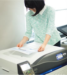 C941dn打印机支持塑料膜、纸板的白色打印,外包装设计的表现方法得到扩展。