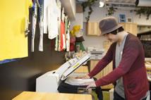 通过C941dn打印机出来的复印底板,减少了裁剪和过滤等工序,打印出来的布料可以直接进行复印。