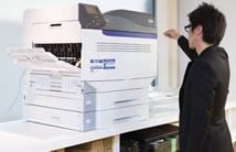放置在东京办事处里的C941dn打印机。图片中,员工正在使用打印机制作一件商品的外包装设计样本