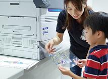 拿到用C941dn打好的透明塑料膜。孩子们的目光紧紧地盯着打印出来的塑料膜,上面清新的印着自己刚画好的鱼的图案。把塑料膜剪切后贴到玻璃杯上。