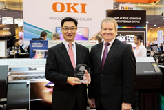 OKI Data Americas President and CEO Kiyoshi Kurimoto accepts a 2018 Pick award from David Sweetnam, Director of Research and Lab Services at Keypoint Intelligence Buyers Laboratory (BLI) at SGIA Expo in New Orleans, Louisiana.